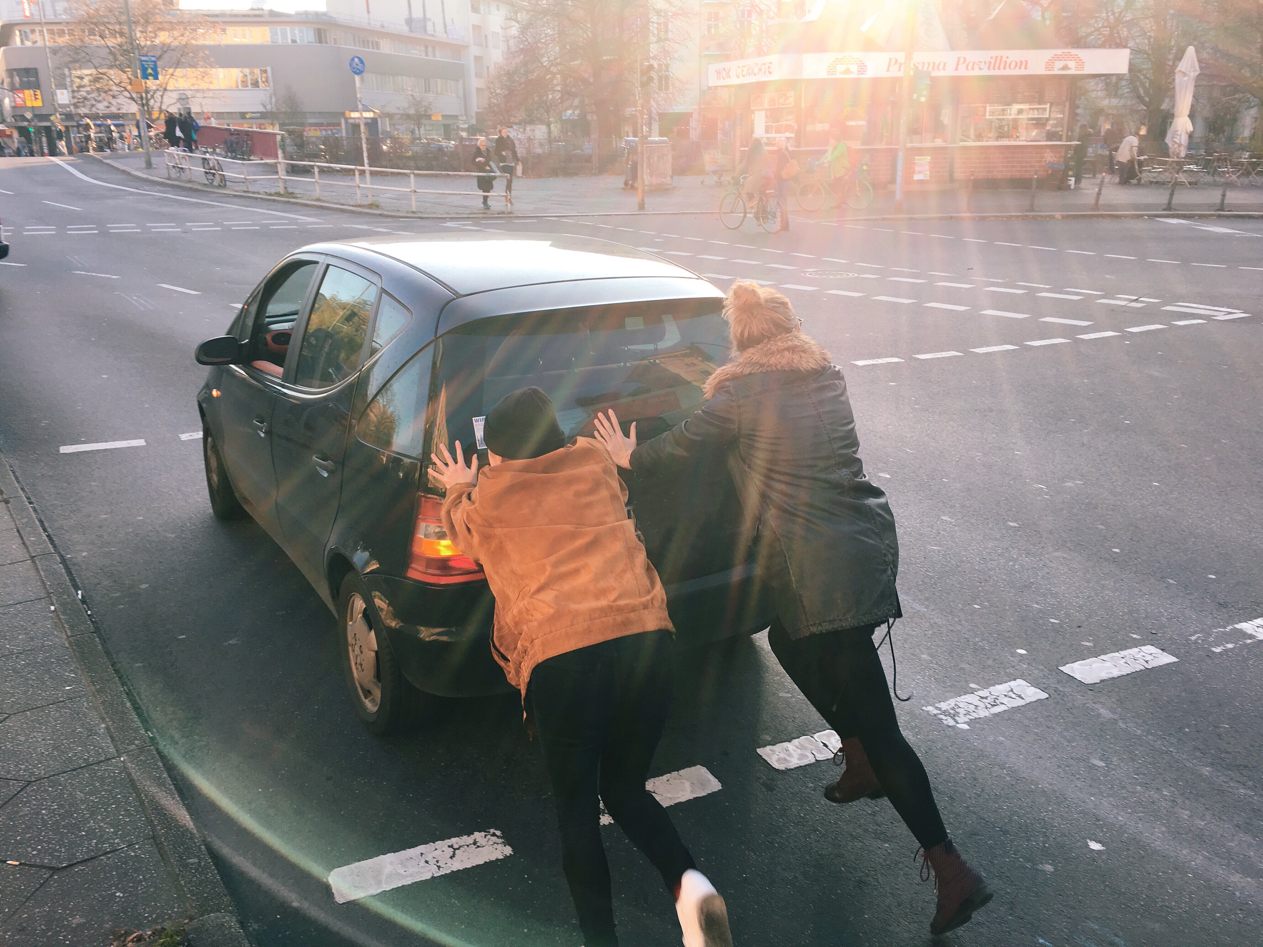 TP-women-pushing-a-car_t20_kjdaXP